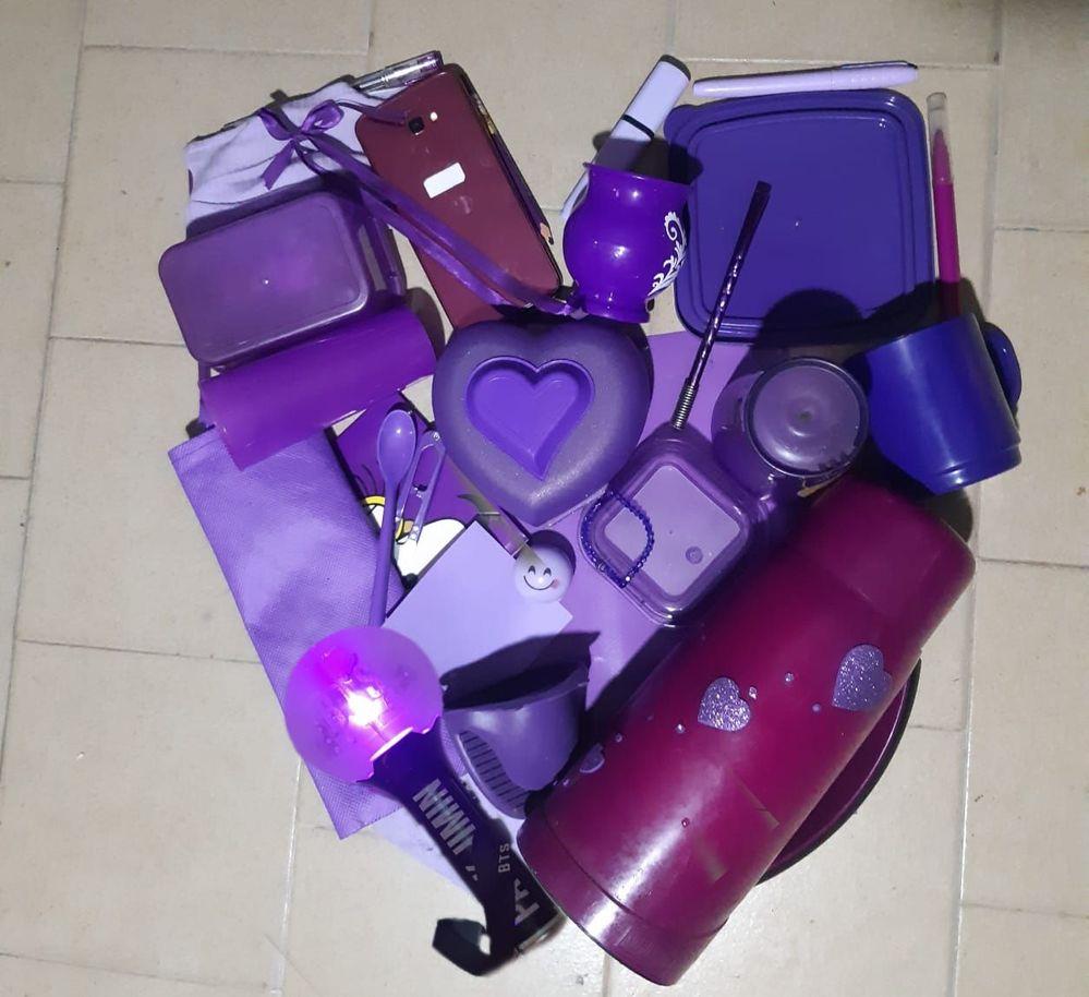 Mi corazón púrpura con cosas que me han acompañado en esta cuarentena: cubre boca, mates, clases virtuales, cuadernos, lapices, elementos de la cocina y mi ARMY BOMB. Es que cuando sos parte de este océano, todo se convierte en púrpura